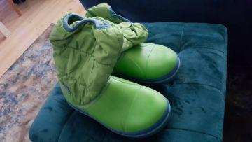 žali crocs aulinukai