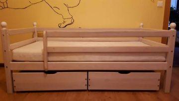 vaikiška natūralaus medžio lova su čiužiniu