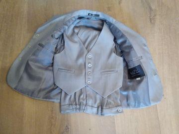 Šviesiai pilkas kostiumas 4-5 metų berniukui