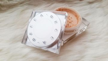Becca Soft Light Blurring Powder biri pudra