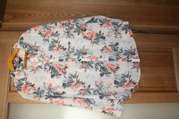 Marškinukų tipo gėlėta, didelio dydžio palaidinė ilgomis rankovėmis