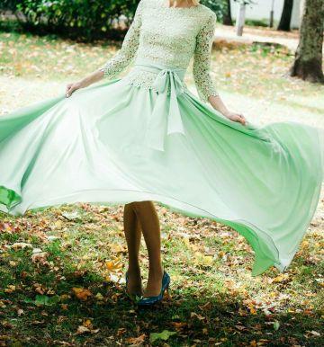 zalsva dvieju daliu suknele