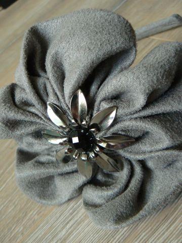 Elegantiškas lankelis su gėle
